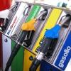 Cala la benzina: 1,8 euro per litro