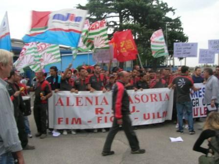 La marcia degli operai Alenia contro la chiusura degli stabilimenti di Roma, Venezia e Casoria