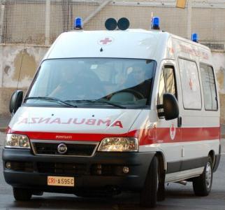 Guidonia: auto sfonda la vetrina di un supermercato, 7 feriti