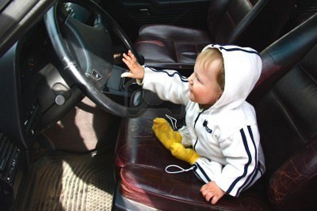 Padre con patente revocata fa guidare al figlio di due anni