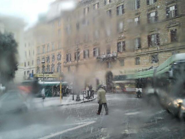 Roma sotto la neve: scuole deserte, presenti solo bidelli e professori