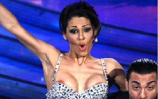Ballando con le stelle: Anna Tatangelo mostra il seno durante il quickstep