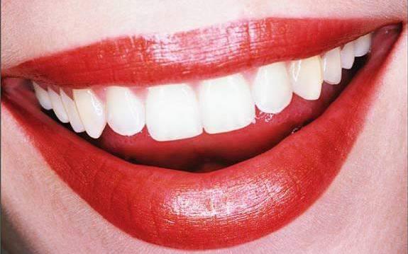 Proteggere meglio i propri denti? Basta un massaggio con dito e dentifricio
