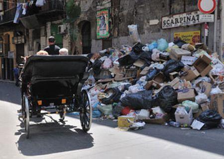 Palermo sotto i rifiuti. Cumuli di immondizia dati alle fiamme