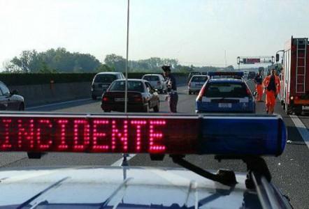 Auto giù da cavalcavia sull'A1: 3 morti e 8 feriti