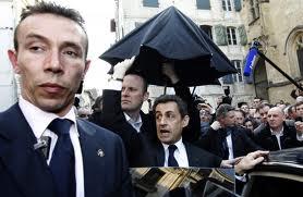 Sarkozy contestato a Bayonne, si rifugia in un bar