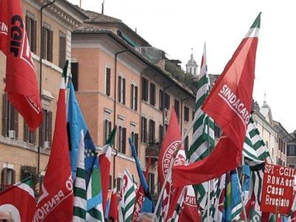 """Lo slogan dei sindacati in marcia: """"Senza stipendio, senza pensione. Non avete nessun pudore""""."""