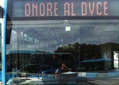 Frase filofascista su un bus di linea dell'Atac, aperta un'inchiesta interna