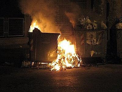 Emergenza a Palermo: rifiuti incendiati in diversi punti della città