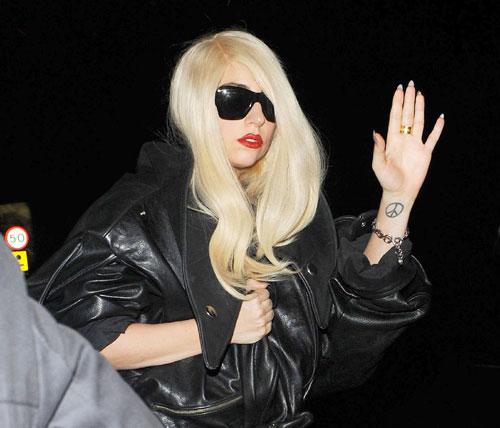 Lady Gaga colpita alla testa durante un concerto – Video