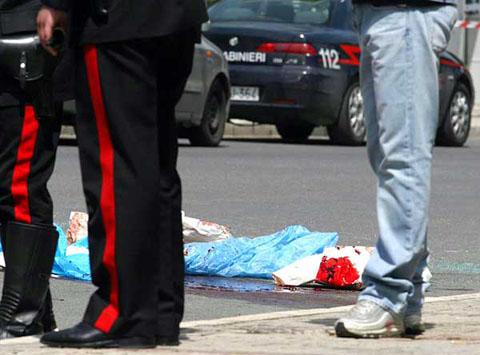Camorra: ucciso un uomo nel rione Forcella a Napoli, un 22enne è rimasto ferito