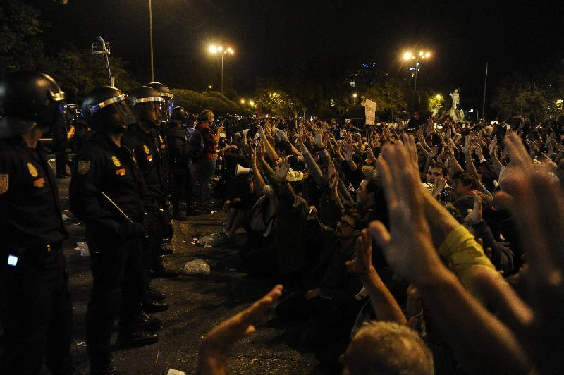 Crisi: gli indignati assediano Madrid
