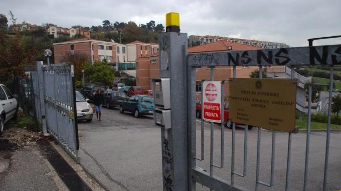 Ancona: irrompe in una scuola armato di pistola